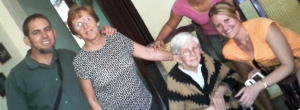 Dalila, a la derecha de la foto en compañía de su querida abuela (ya fallecida), su madre Matilde González (también ¨regulada¨- impedida de viajar fuera de Cuba) y con el Rev. Mario Lleonart, Coord.  Gral del Instituto Patmos, a la izquierda de la foto.