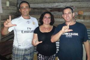Abril 21, 2016, Yoaxis Marcheco Suárez y Mario Félix Lleonart, coordinadores del Instituto Patmos, junto a Eduardo Cardet en su casa unos meses antes a su arbitraria prisión.
