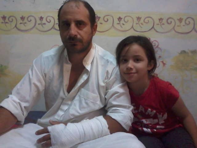 El imán José Abdullatif y su niña Maryam. El yeso en la mano de Abdullatif muestra violencia física gubernamental ejercida en su contra en una de las golpizas recibidas.